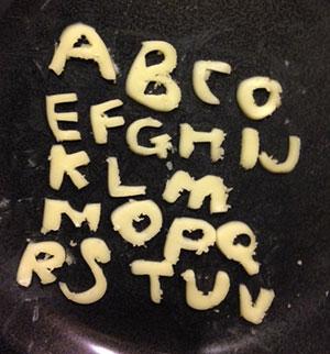 …ごろながちまちま作っていたスライスチーズのアルファベット…チーズが足りなくてWXYが作れなかったらしい